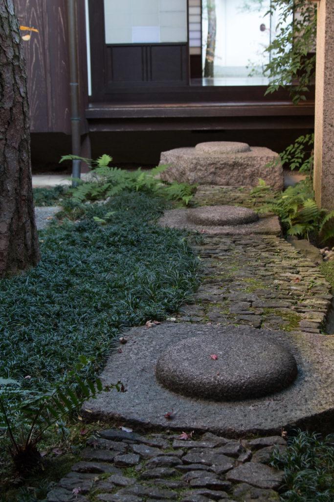 格子の家の中庭