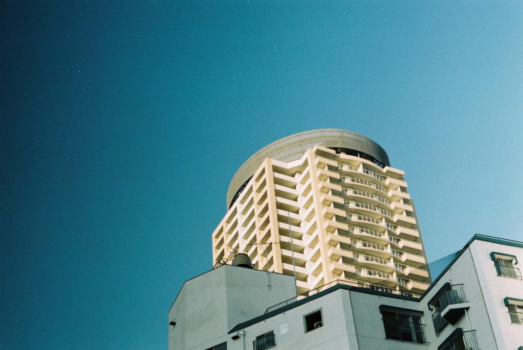 青空と神戸のビル