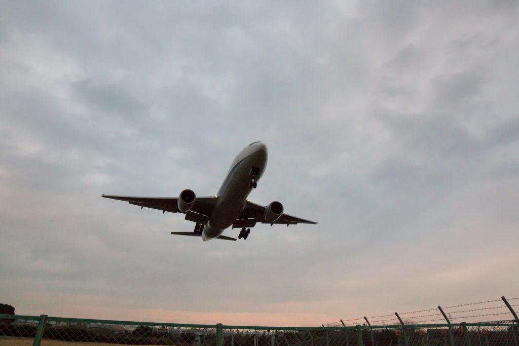 頭上を通る飛行機