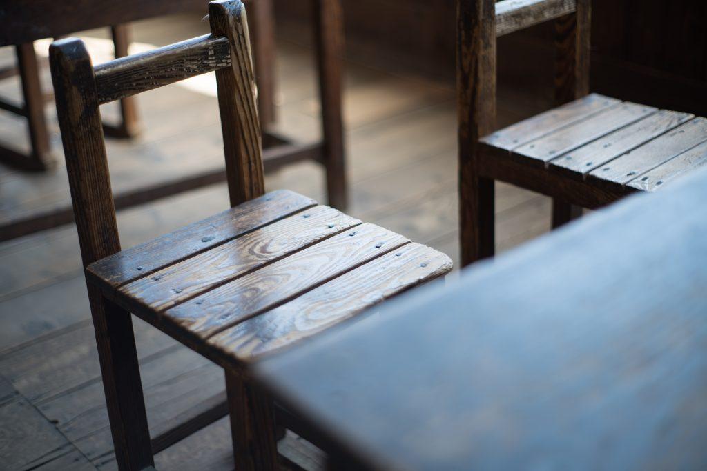 昔ながらの机と椅子