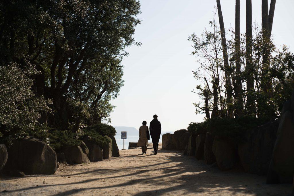 エンジェルロードを歩くカップル