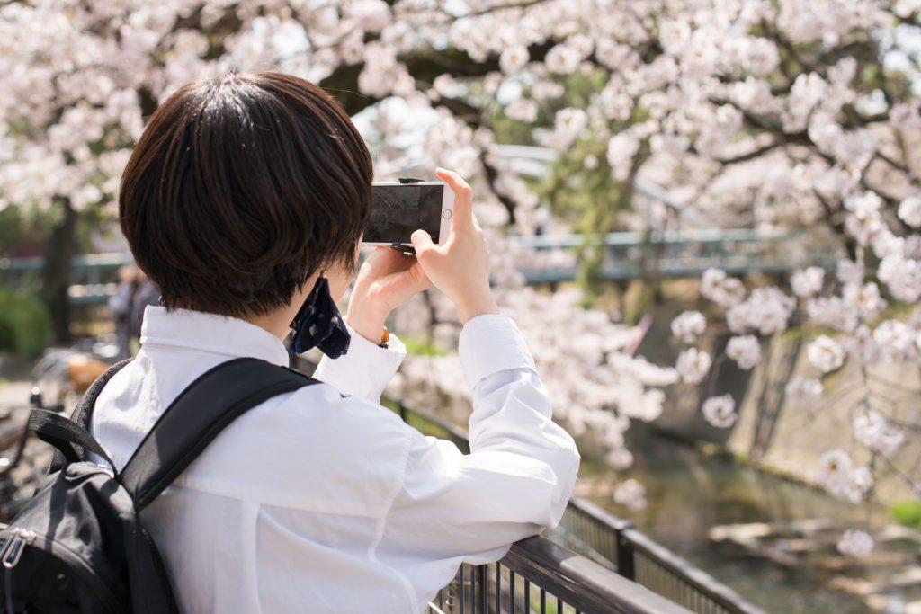 レンズスタイルカメラ女子
