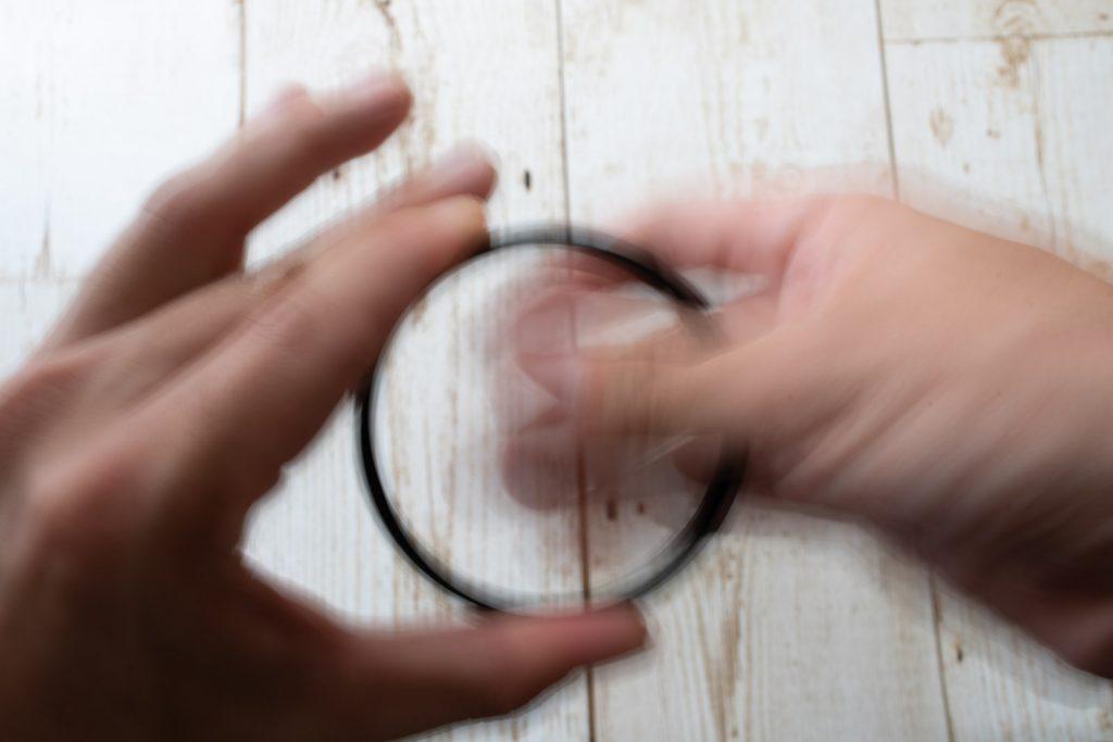 レンズフィルターをべたべた触る