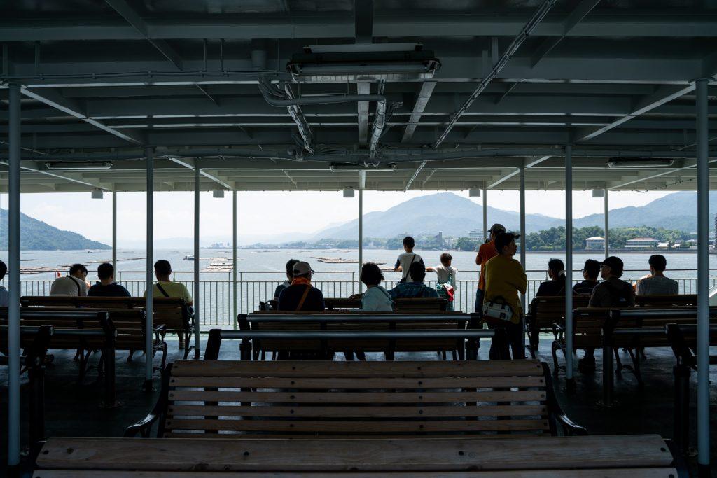 宮島行きフェリー船内