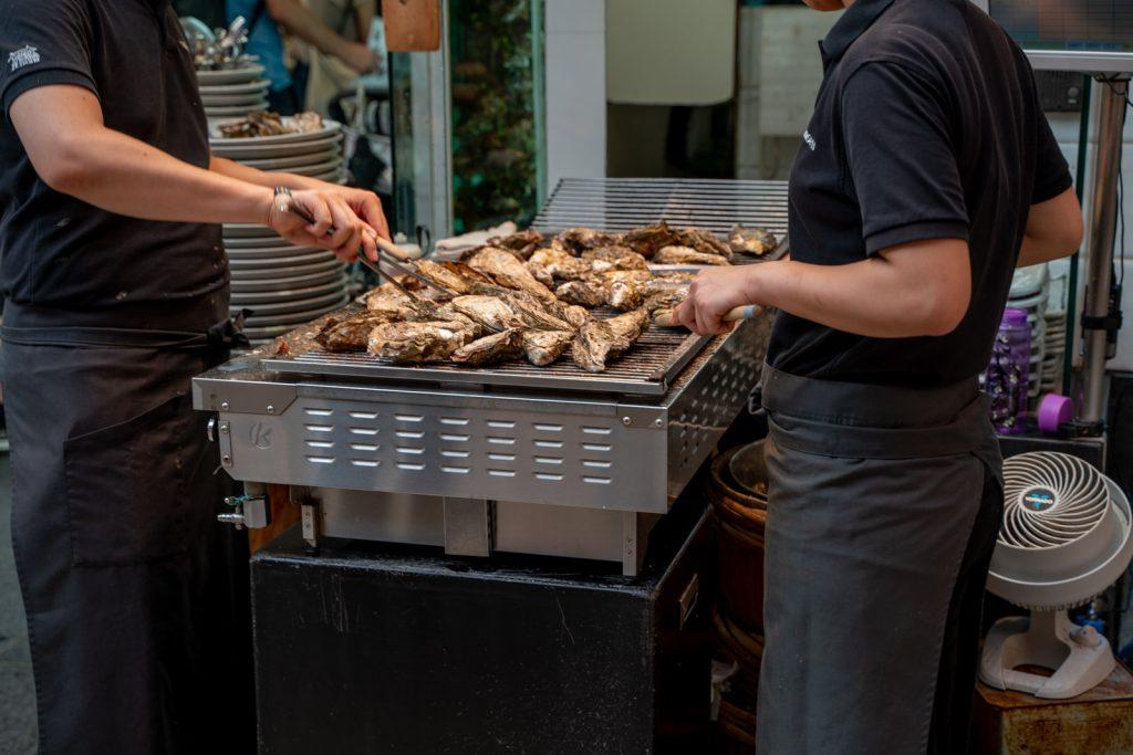牡蠣を焼く人
