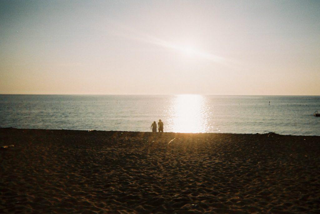淡路島の夕日とカップル