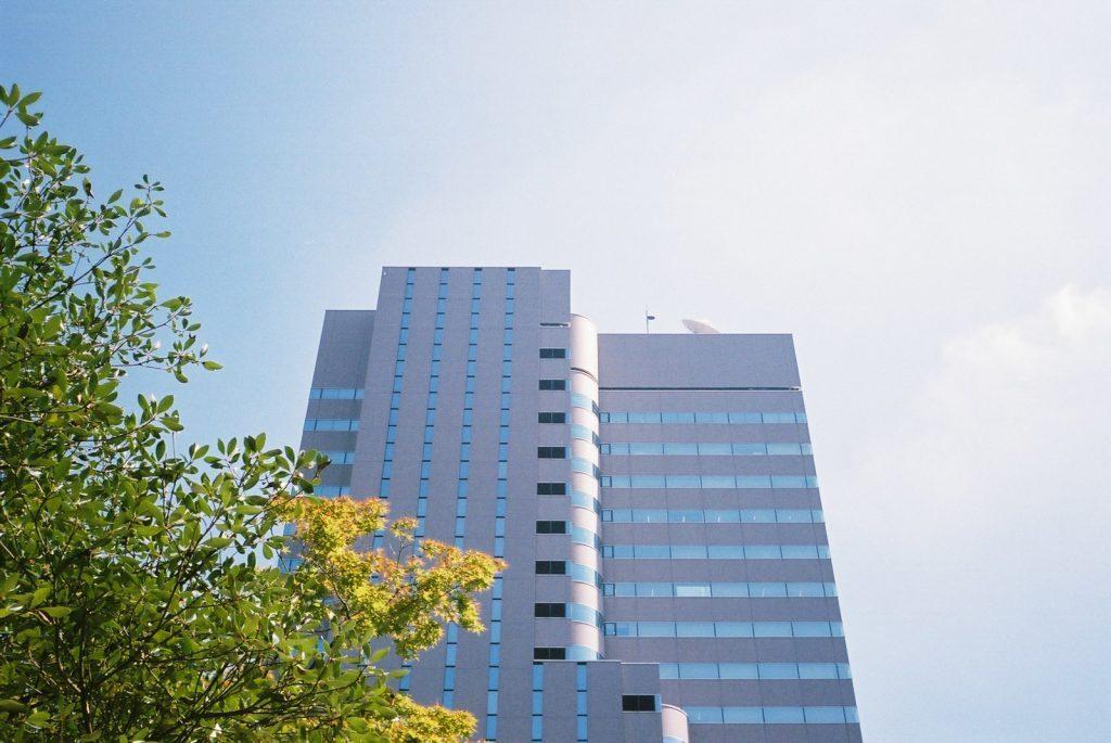 広島のビルと空