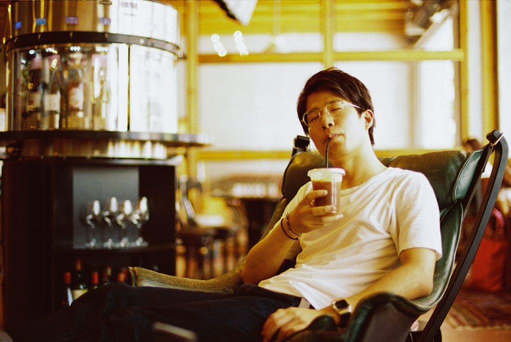 コーヒーを飲む平岡さん