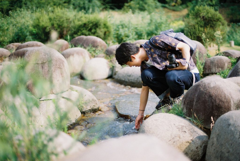 靭公園で水を触る平岡さん