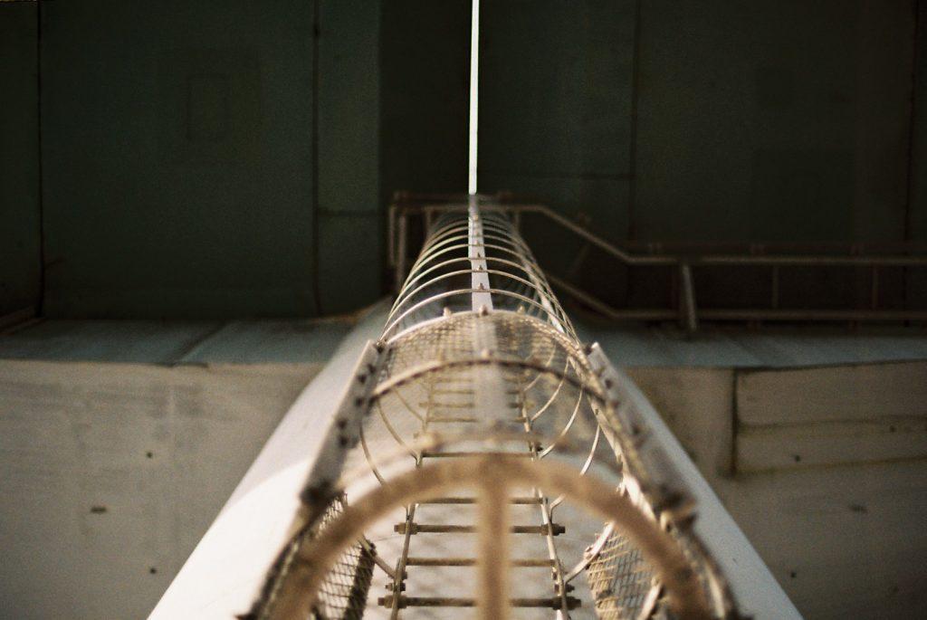高架下のはしご