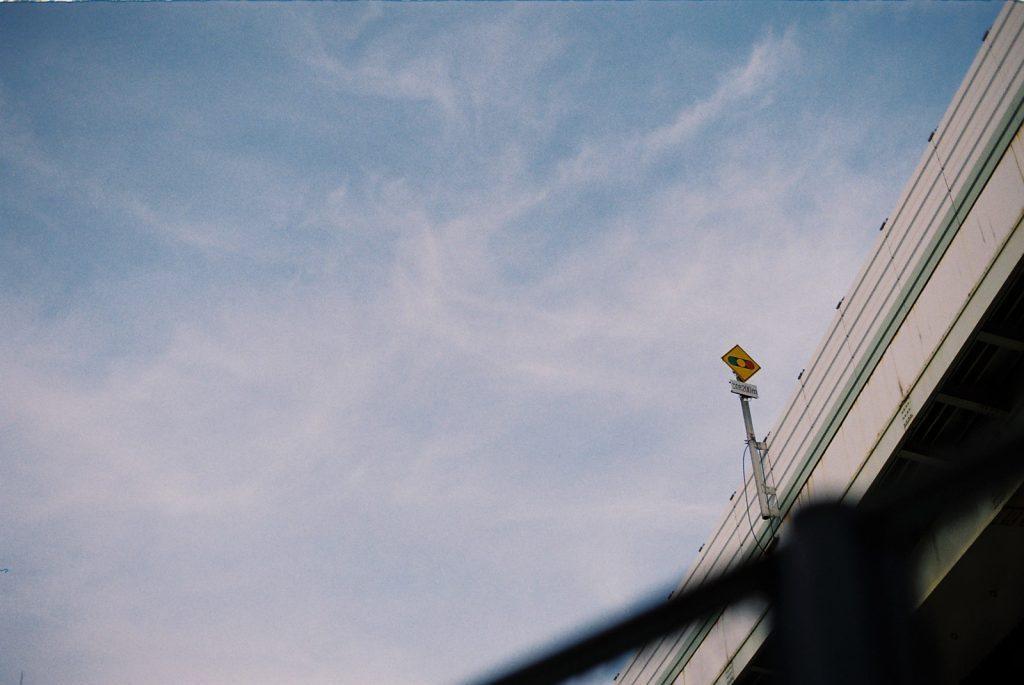 青空と高速道路