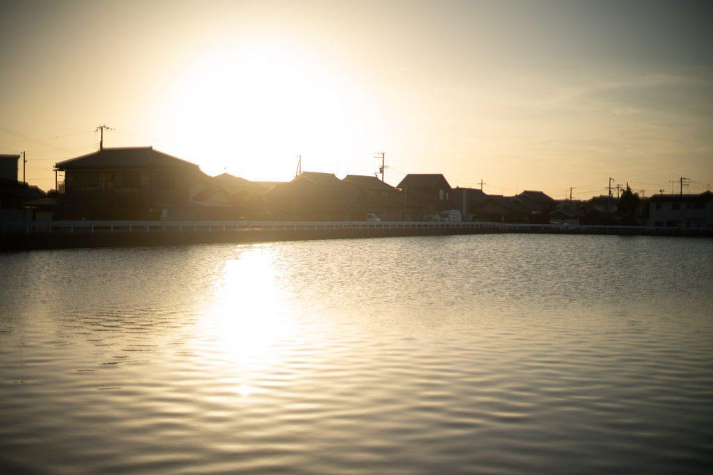 夕日が写る池