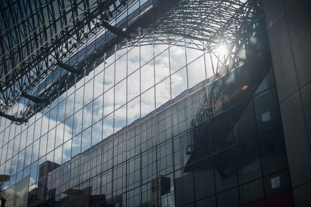 京都駅に映る青空