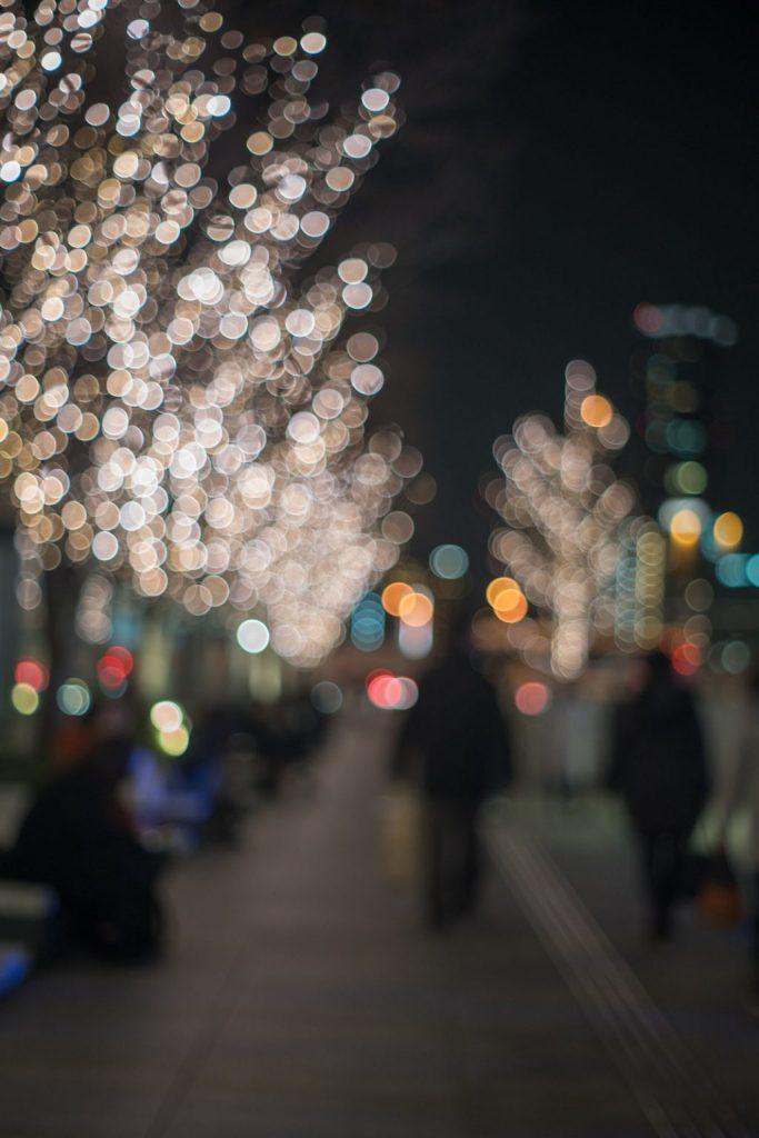 夜道を歩く人たち