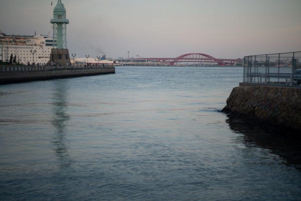 神戸港と赤い橋