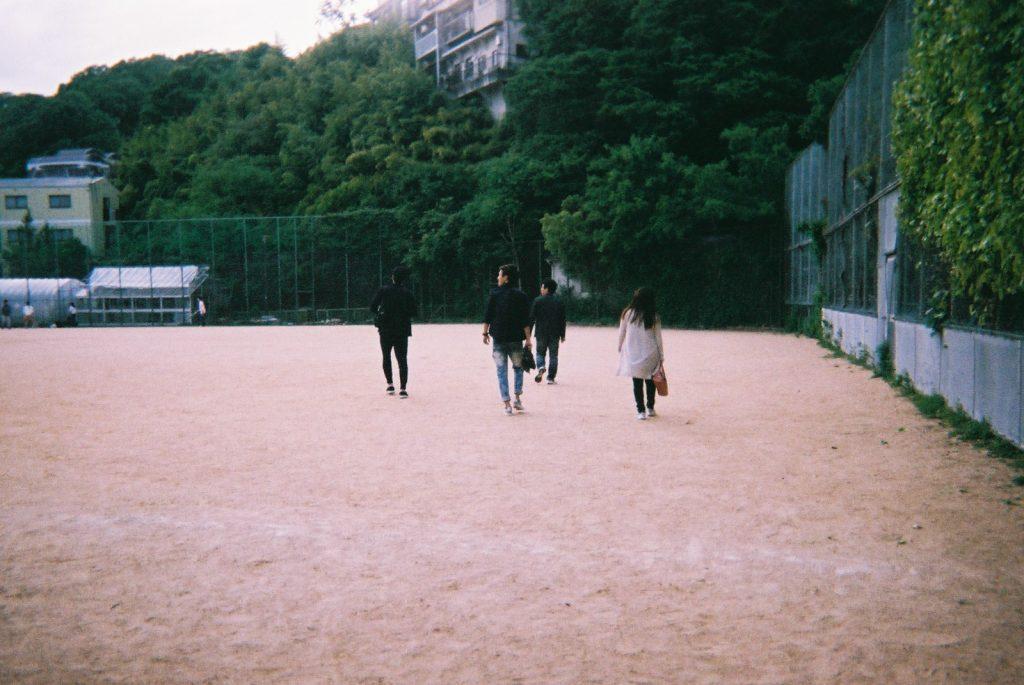 公園で遊ぶ大人