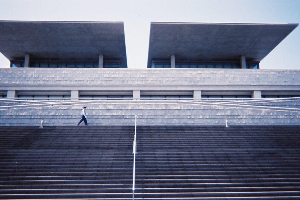 兵庫県立美術館と警備員