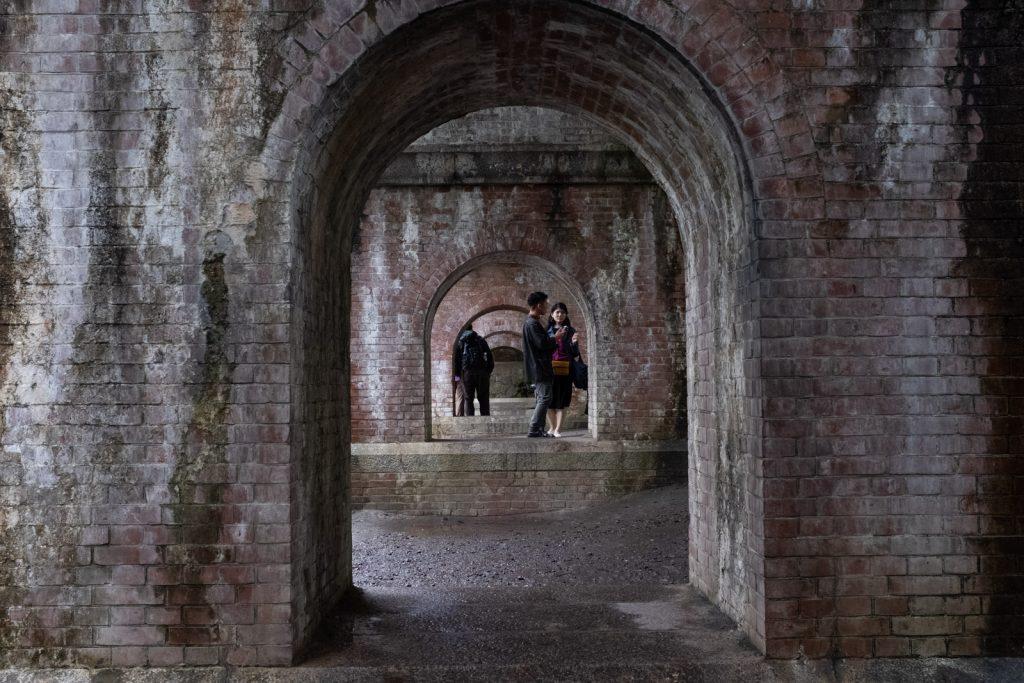 水路閣のトンネル