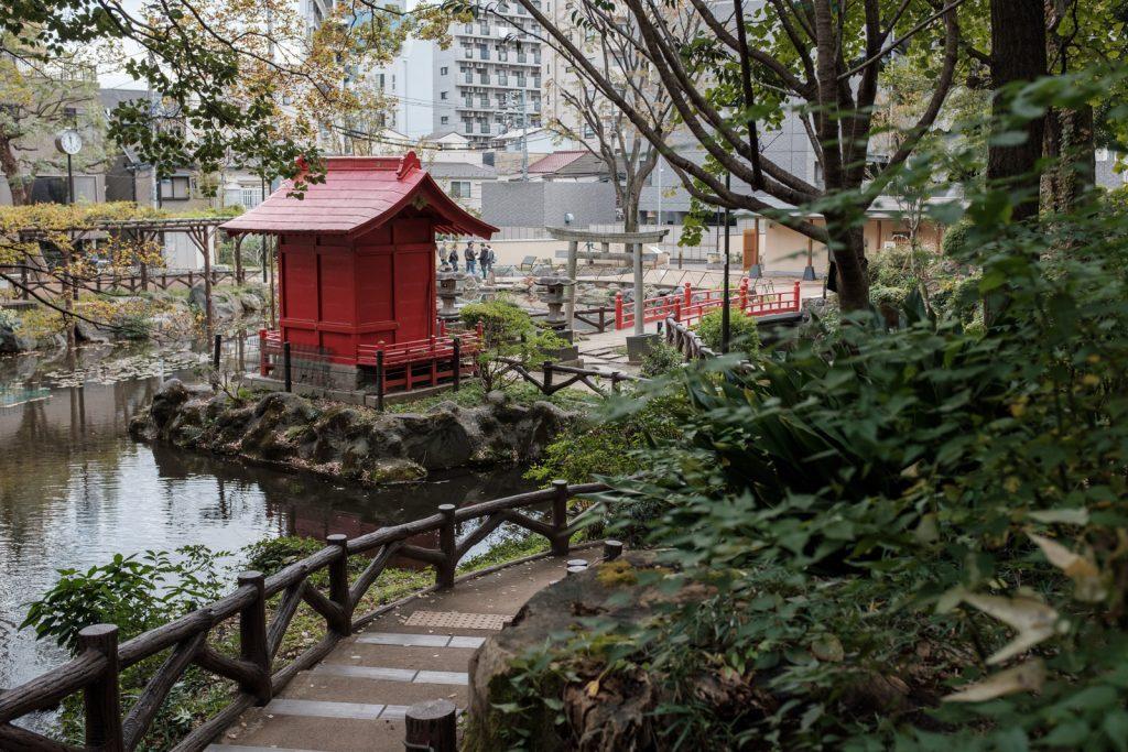 池と赤い建物