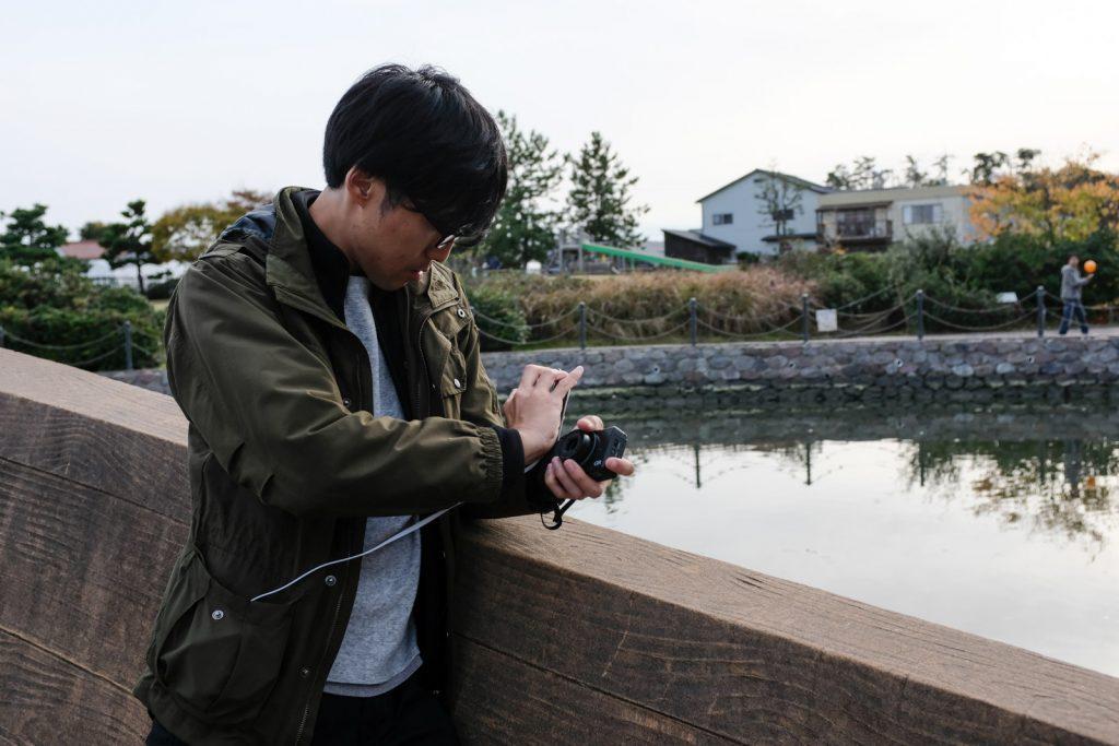 GR片手にiPhoneで撮る西嶋さん