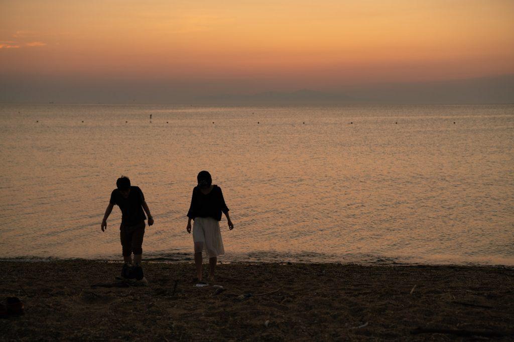 慶野松原海岸の夕日とカップル