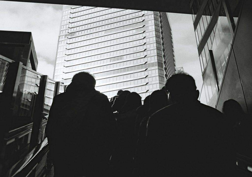 エスカレーターを上る人々