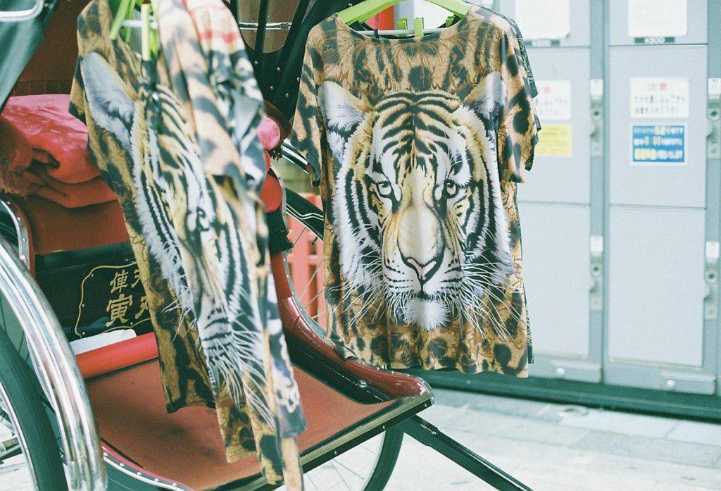 虎柄シャツ