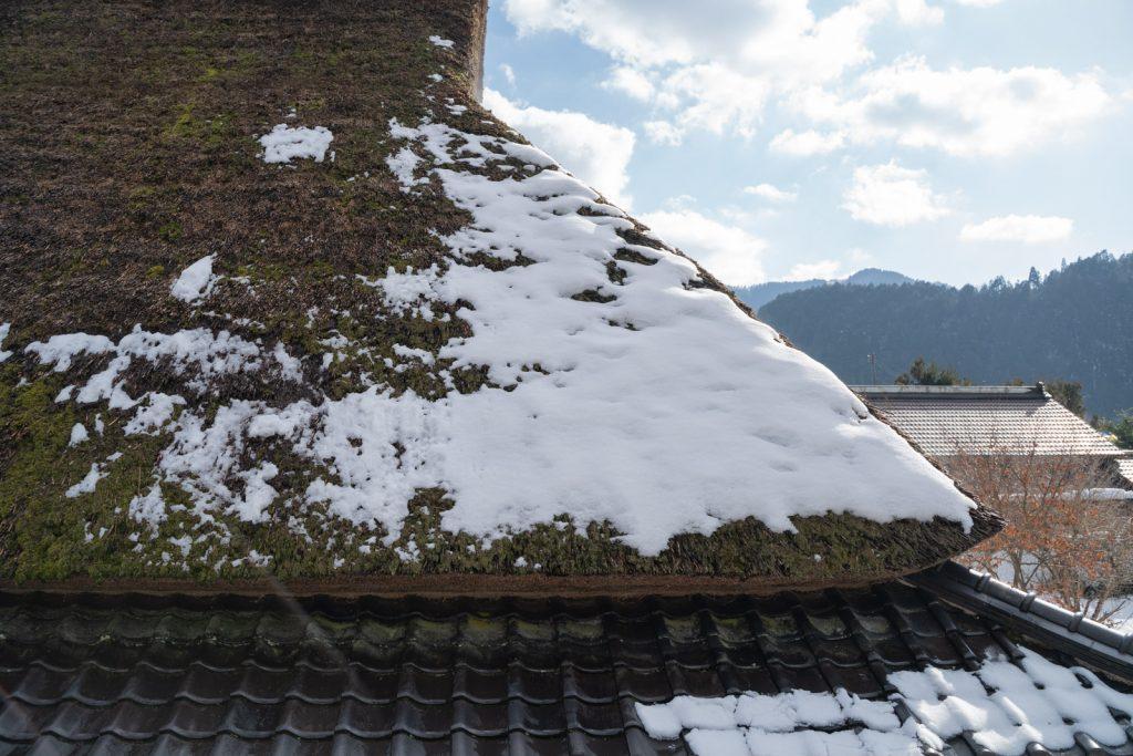 かやぶき屋根に積もる雪