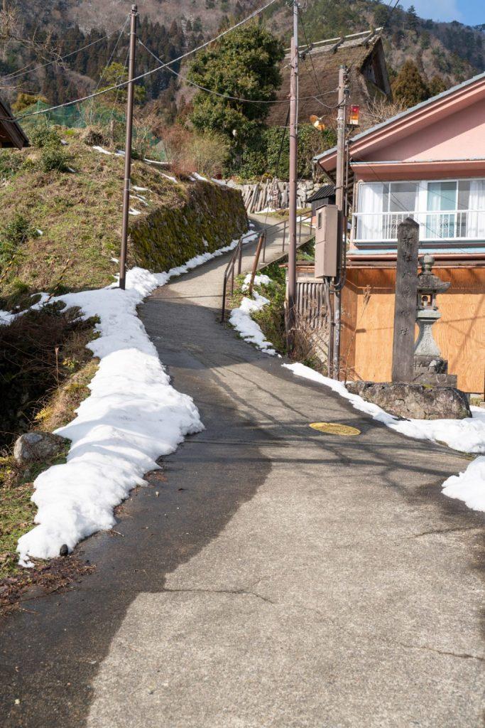 美山かやぶきの里の坂道