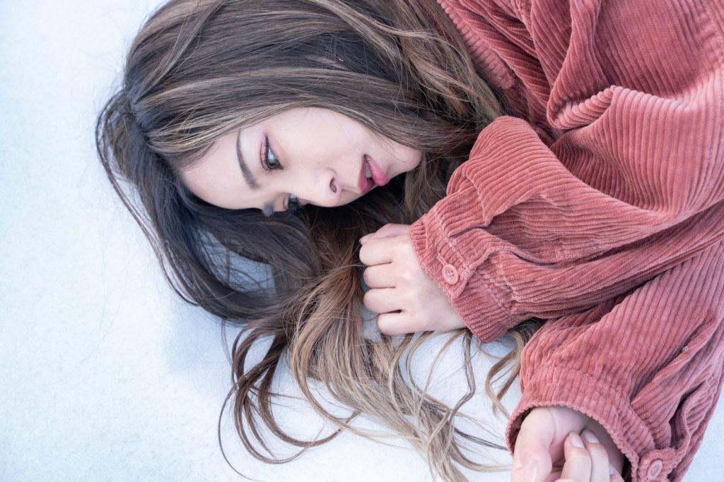 雪に寝そべる女性
