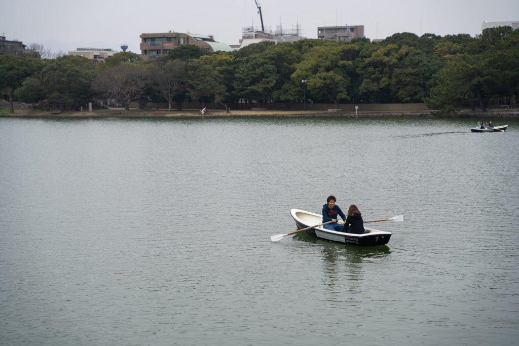 ボートに乗る男女