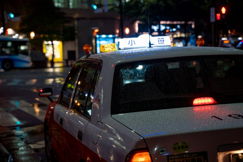 濡れたタクシー