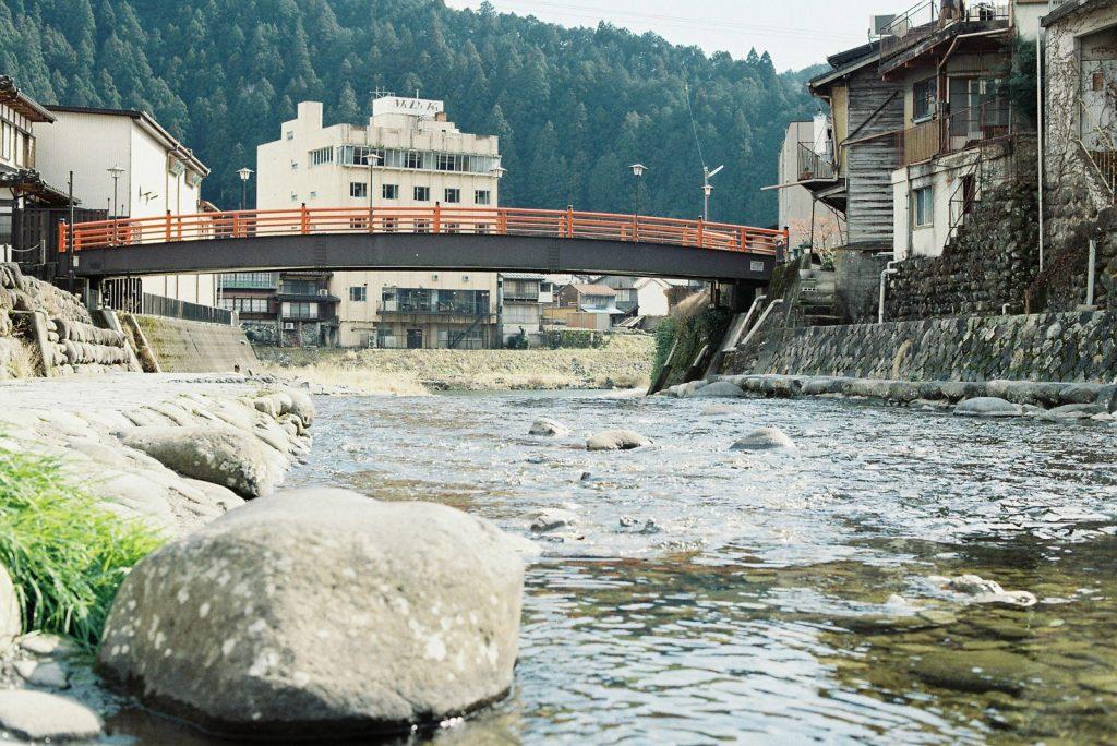 川と赤い橋