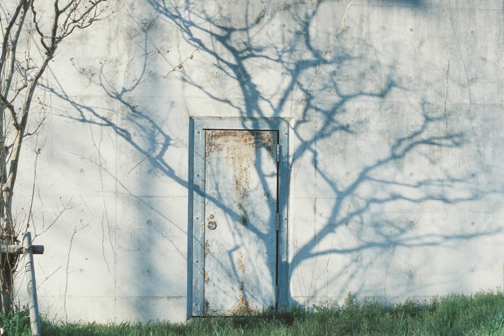シルエットとドア