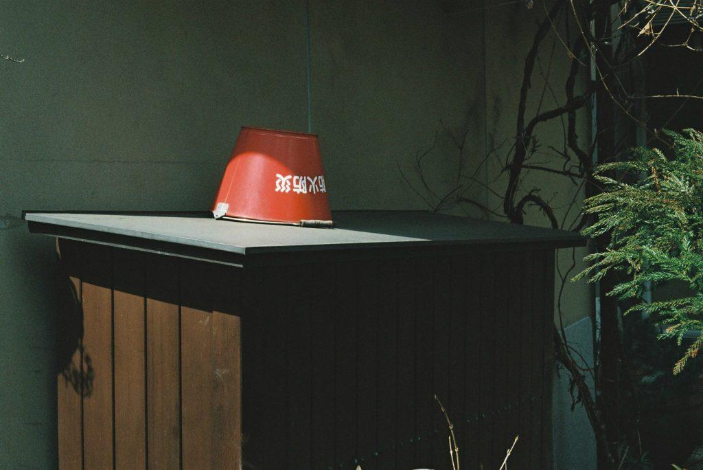 赤いバケツ