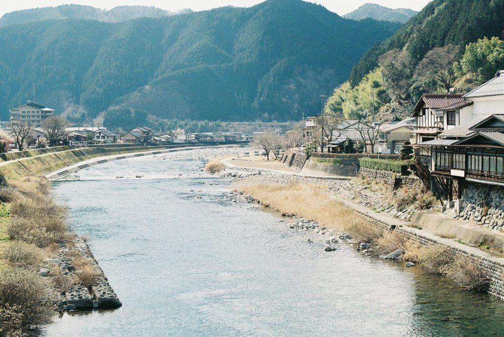 川のある町