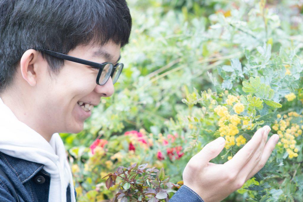 花を愛でる男子