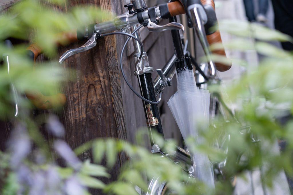 自転車とビニール傘