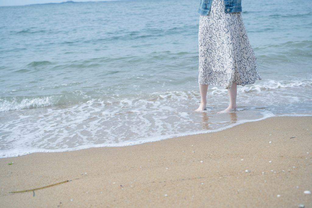 波打ち際の女性