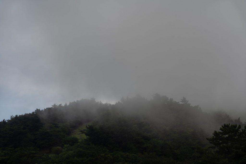 霧かかる山