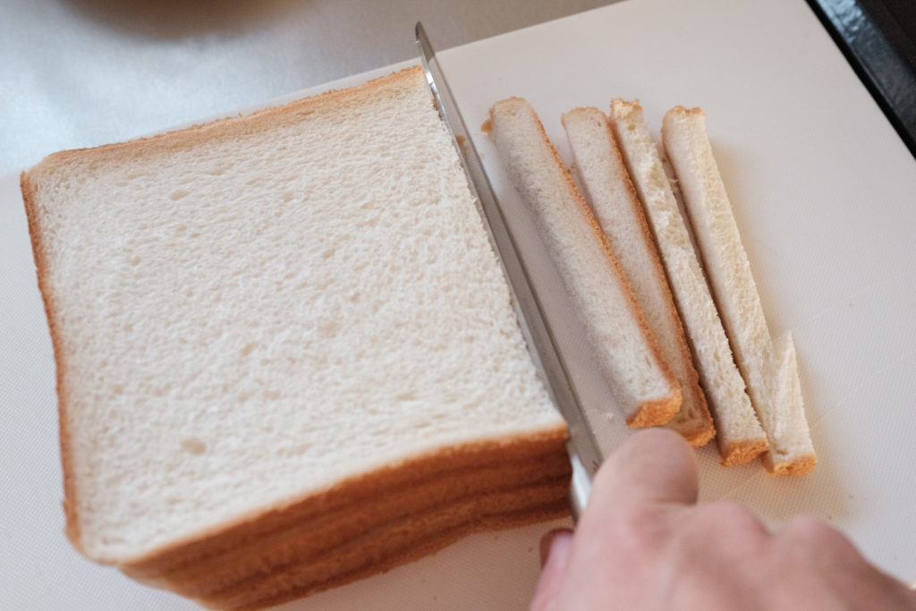 パンの耳を取る