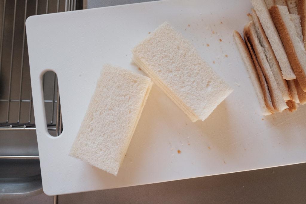 パンを半分に切る